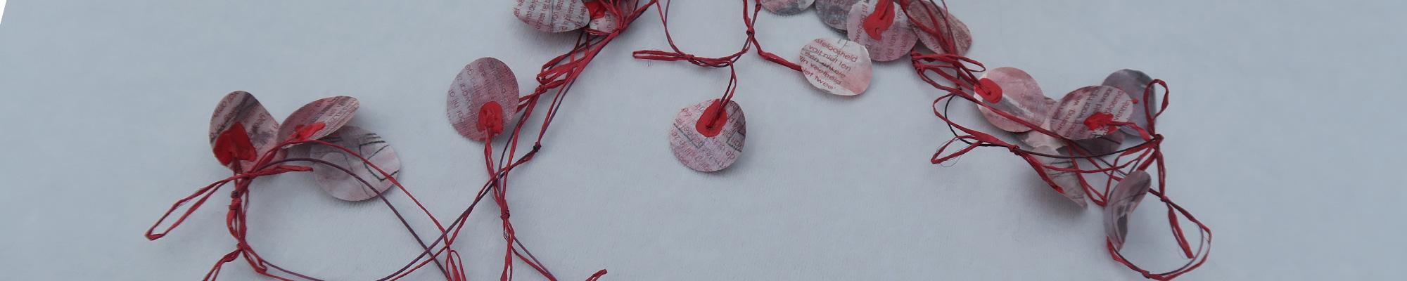 ketting van rubber en rijstpapier waarin tekst is gedruks © 20?? Anne-Riet de Boer
